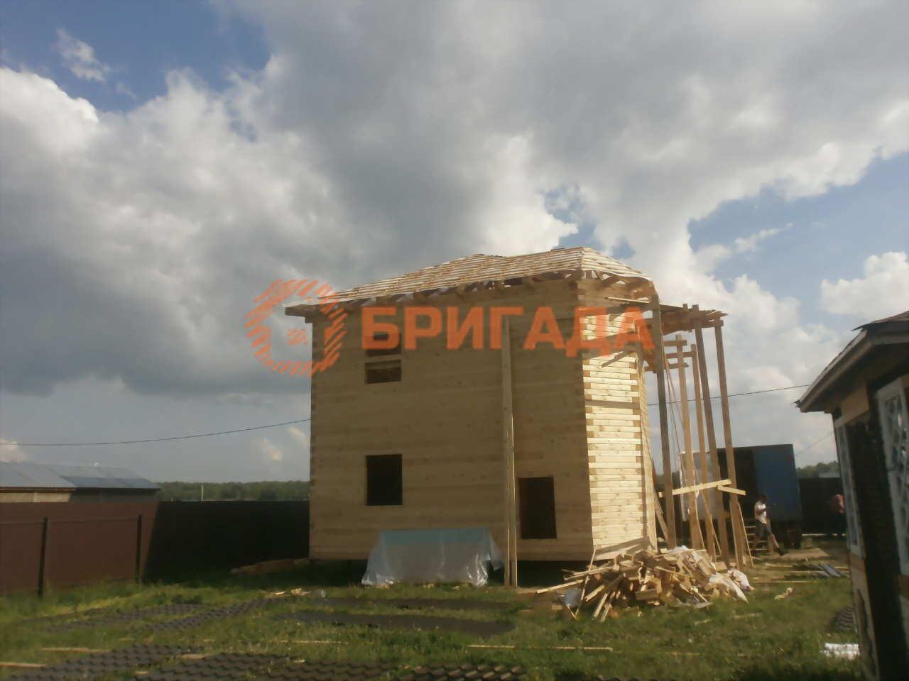 Сруб двухэтажного дома из бруса