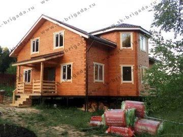 Двухэтажный дом из бруса с эркером
